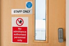 Zeichen des Personals nur am Labor Stockfotos