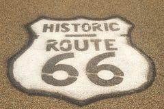 Zeichen des Weges 66 auf Plasterung Stockbild