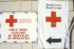 Zeichen, die auf das amerikanische rote Kreuz zeigen Lizenzfreie Stockfotos