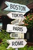 Zeichen, die auf Städte zeigen lizenzfreie stockbilder