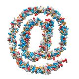 Am Zeichen E-Mail-Symbol von den Medizinpillen, Kapseln, Tabletten Einrichtungsdrogenon-line-Konzept Wiedergabe 3d lizenzfreie abbildung