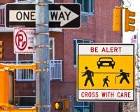 Zeichen an einem gefährlichen Cross-walk Stockbild