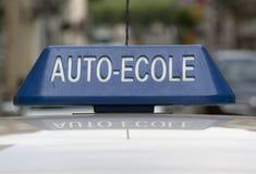 Zeichen einer französischen Fahrschule auf ein Auto Stockbilder