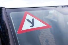 Zeichen einer russischen Fahrschule auf dem Fahrzeug Stockbild