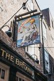 Zeichen am Eingang der Brittania-Kneipe in Richmond, London, U stockbild