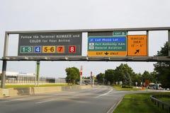 Zeichen am Eingang zu John F Kennedy International Airport in New York stockfoto