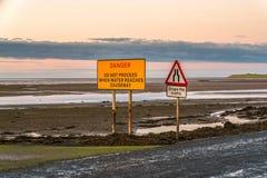 Zeichen: Einzelne Datei-Verkehr, Gefahr f?hrt nicht fort, wenn Wasser Damm erreicht lizenzfreie stockfotografie