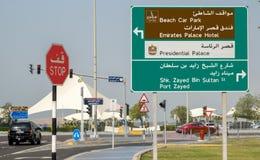 Zeichen entlang dem Corniche in Abu Dhabi Lizenzfreie Stockfotos