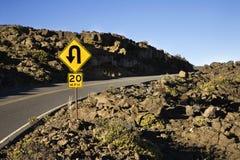 Zeichen entlang einer Kurve in einer Straße. stockbilder