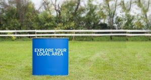 Zeichen erforschen Ihren lokalen Bereich auf einem blauen Hintergrund Stockbilder