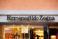 Zeichen Ermenegildo Zegna auf Straßenshopfenster Rom Lizenzfreies Stockfoto