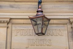 Zeichen für öffentliche Bibliothek Junior Entrance lizenzfreies stockfoto