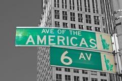 Zeichen für 6. Allee in NYC Stockfotos