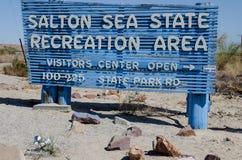 Zeichen für das Salton-Seegang-Erholungsgebiet begrüßt Lagerbewohner und Fischer zu den Ufern von lizenzfreie stockfotos