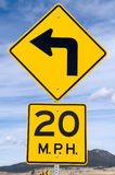 Zeichen für die 20 MPH-Kurve Stockfotos