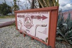 Zeichen für die Cabazon-Dinosaurier-Straßenrandanziehungskraft weg der Autobahn I-10 stockfotos