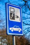 Zeichen für Elektroautoladegerät Stockfotos