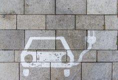 Zeichen für Ladestation auf Parkplatz mit Betondecke stockfotos