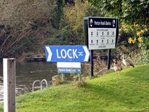 Zeichen für Penton-Haken-Verschluss in Laleham Surrey Stockfoto