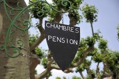 Zeichen für Räume und Pension stockfotografie