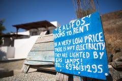 Zeichen für sehr billige Räume für Miete Stockfotografie