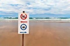 Zeichen für Urlauber auf dem sandigen Strand durch das Meer Stockbild
