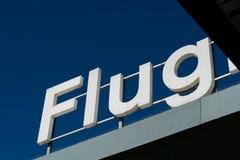 Zeichen 'Flug' auf Dachspitze mit tiefem Hintergrund des blauen Himmels Lizenzfreie Stockfotos