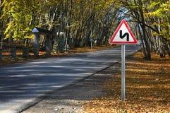 Zeichen am forestroad Eine Warnung von asteep Drehung Lizenzfreie Stockbilder