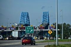 Zeichen, Gebührn-Stände und Brücken gesehen in New York Stockbild