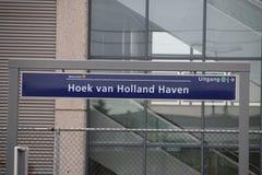 Zeichen am hellen Bahnhof Hoek-Packwagen Holland, in dem Halt für das Hoekse Lijn aber wegen technischen i noch nicht laufen gesc stockbilder