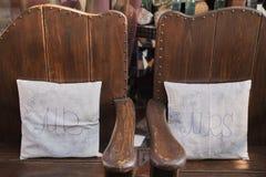 Zeichen Herrn Miss auf Stuhl polstert Hochzeitsdekorationen lizenzfreie stockfotos