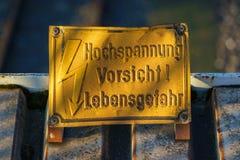 Zeichen: Hochspannung, Vorsicht! Lebensgefahr-Deutscher für: Hohes Vol. Stockbilder