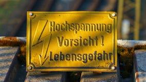 Zeichen: Hochspannung, Vorsicht! Lebensgefahr-Deutscher für: Hohes Vol. Lizenzfreies Stockbild
