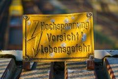 Zeichen: Hochspannung, Vorsicht! Lebensgefahr-Deutscher für: Hohes Vol. Stockfotografie