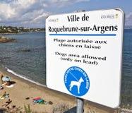 Zeichen, Hunde auf dem Strand erlaubend Lizenzfreies Stockbild