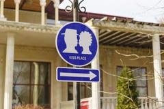 Zeichen-Ikone, die einen Platz für Küsse in Stadt Park anzeigt Lizenzfreies Stockfoto