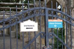 Zeichen im Alamo, das auf den Eingang zeigt Stockfotografie