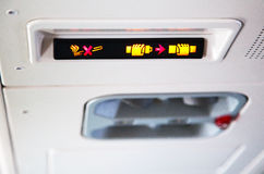 Zeichen innerhalb eines Flugzeuges Stockfoto