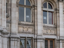 Zeichen Je Suis Charlie zeigten öffentlich die Fenster der Bediensteten in t an Stockbild