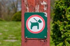 Zeichen mit einem Hund in einer Leine Lizenzfreie Stockfotos