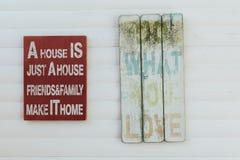 Zeichen mit Motivationswörtern auf rustikalem Holz Stockfotografie