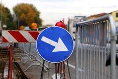Zeichen mit Pfeil zu den Straßenarbeiten Lizenzfreie Stockfotografie
