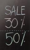 Zeichen mit 50 Rabatten geschrieben mit Kreide Lizenzfreie Stockbilder