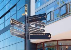 Zeichen mit Richtungen in Amsterdam Stockfotografie