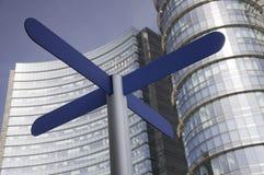 Zeichen mit Wolkenkratzern als Hintergrund Lizenzfreie Stockfotos