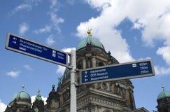 Zeichen nähern sich Bewohner von Berlin dom Stockbilder