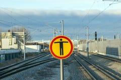 Zeichen passen vom Übertreten an der Bahnstation auf stockbilder