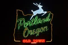 Zeichen Portlands Oregon mit springenden Rotwild während der Nacht Stockbild