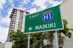 Zeichen in Richtung zu Waikiki Strand stockbild