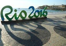 Zeichen Rios 2016 an Copacabana-Strand in Rio de Janeiro Lizenzfreie Stockbilder